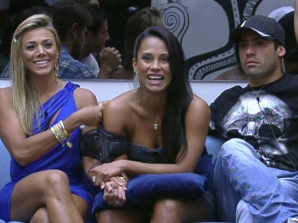 Kelly (ao centro) fala para Pedro Bial que Fabiana (esq.) está com a mão quente e outra fria, antes do resultado do paredão (7/2/12)