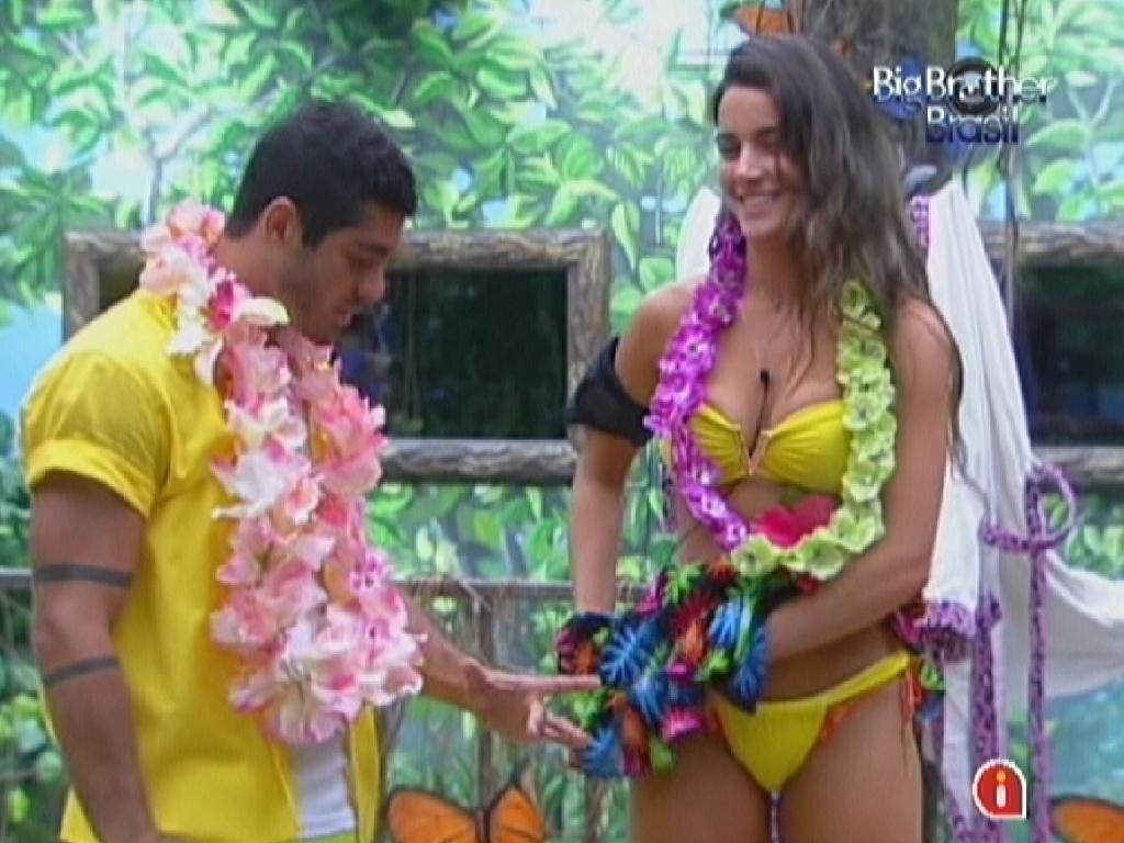 Laisa e Yuri se vestem para a festa deste sábado. Brothers acham que será uma festa na piscina (8/2/12)