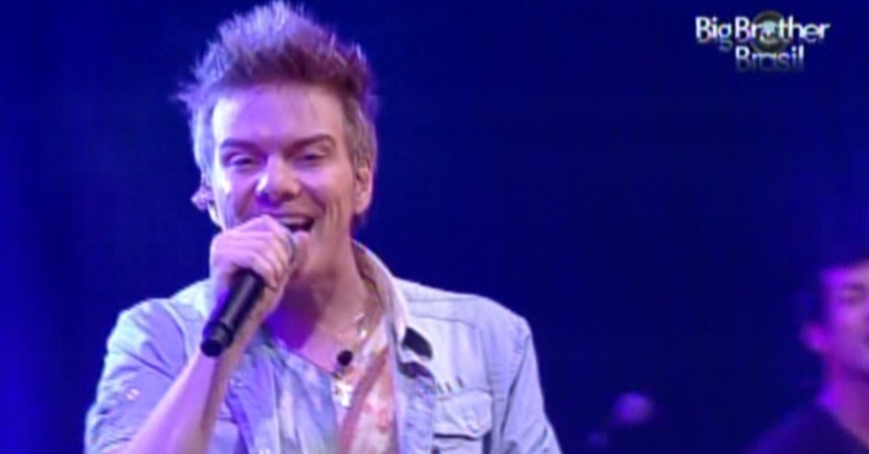 Michel Teló canta para os brothers na festa Luau (8/2/12)