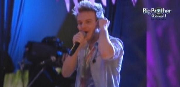 "Michel Teló começa show no ""BBB12"", cantando ""Ei, Psiu! Beijo Me Liga"" (8/2/12)"