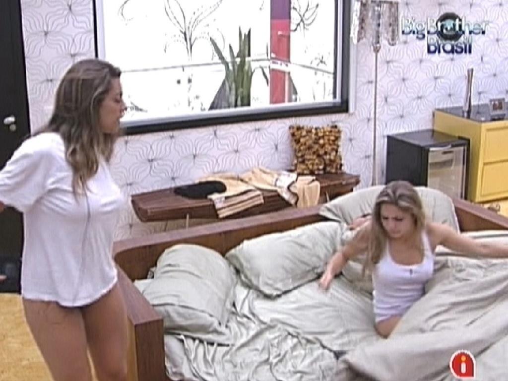 Monique e Renata acordam no quarto do líder (8/2/12)