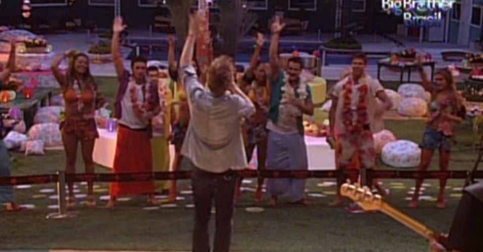 Participantes levantam os braços durante o show de Michel Teló (8/2/12)