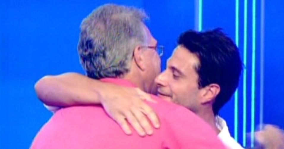 Pedro Bial abraça Ronaldo após eliminação (7/2/12)