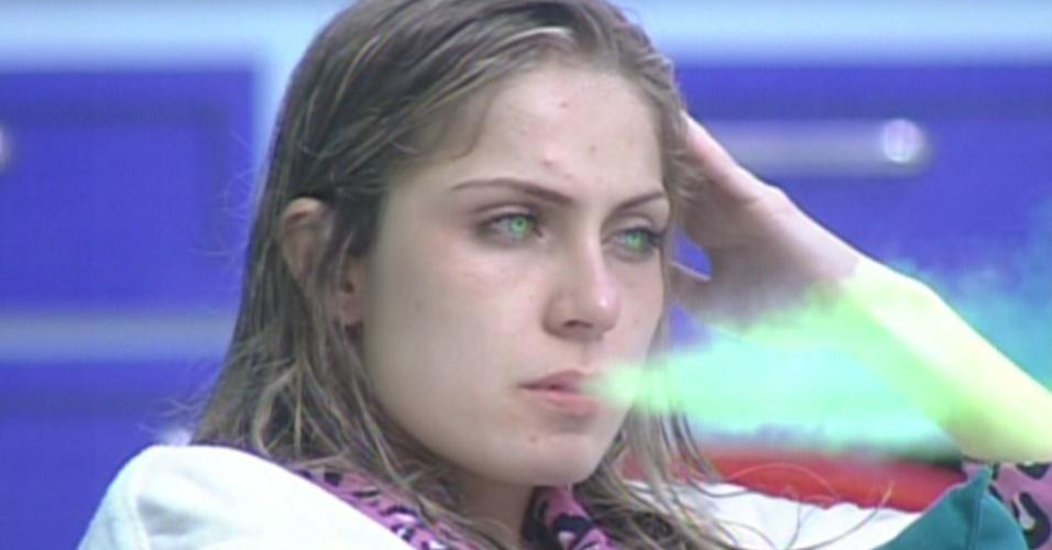 "Renata aparece fumando, a criptonita de Jonas, no filme ""Super Gato"" (7/2/12)"