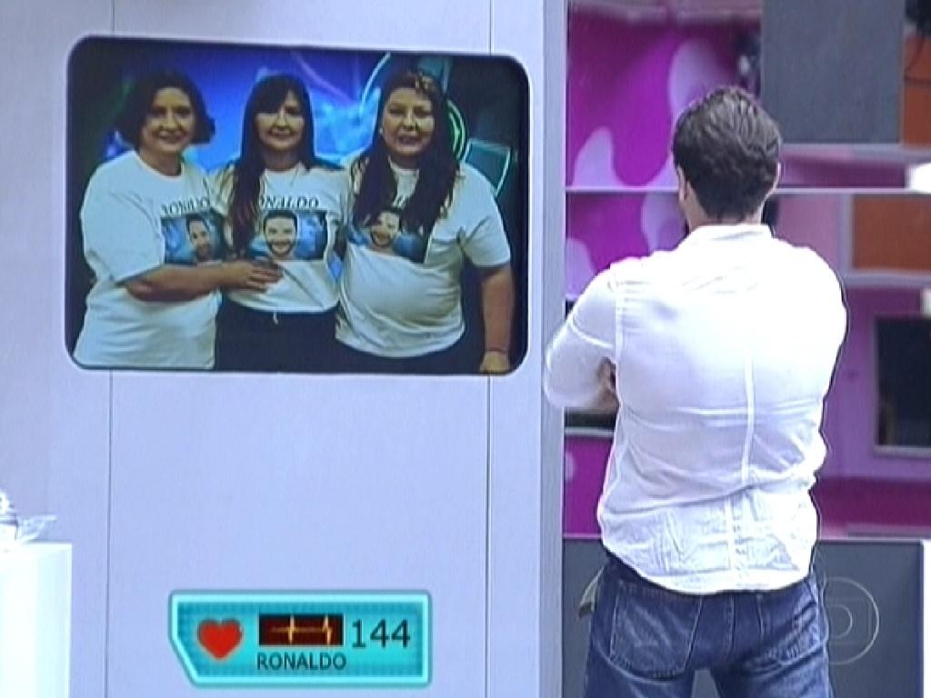 Ronaldo assiste mensagem gravado por sua família (7/2/12)