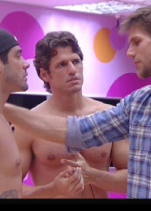 Yuri briga com Jonas e João Maurício (7/2/12)