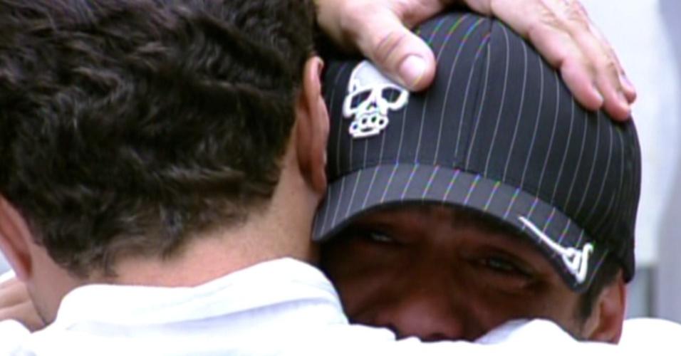 Yuri chora muito ao abraçar Ronaldo (7/2/12)