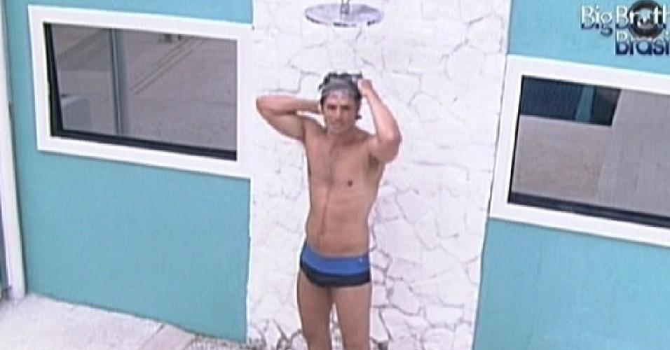 João Maurício toma banho no chuveiro externo da casa (9/2/12)