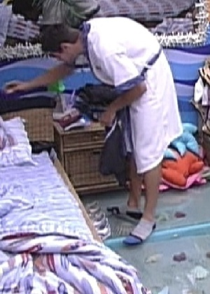 Jonas acha um dente de alho em seu tênis enquanto se trocava no quarto Praia (9/2/12)
