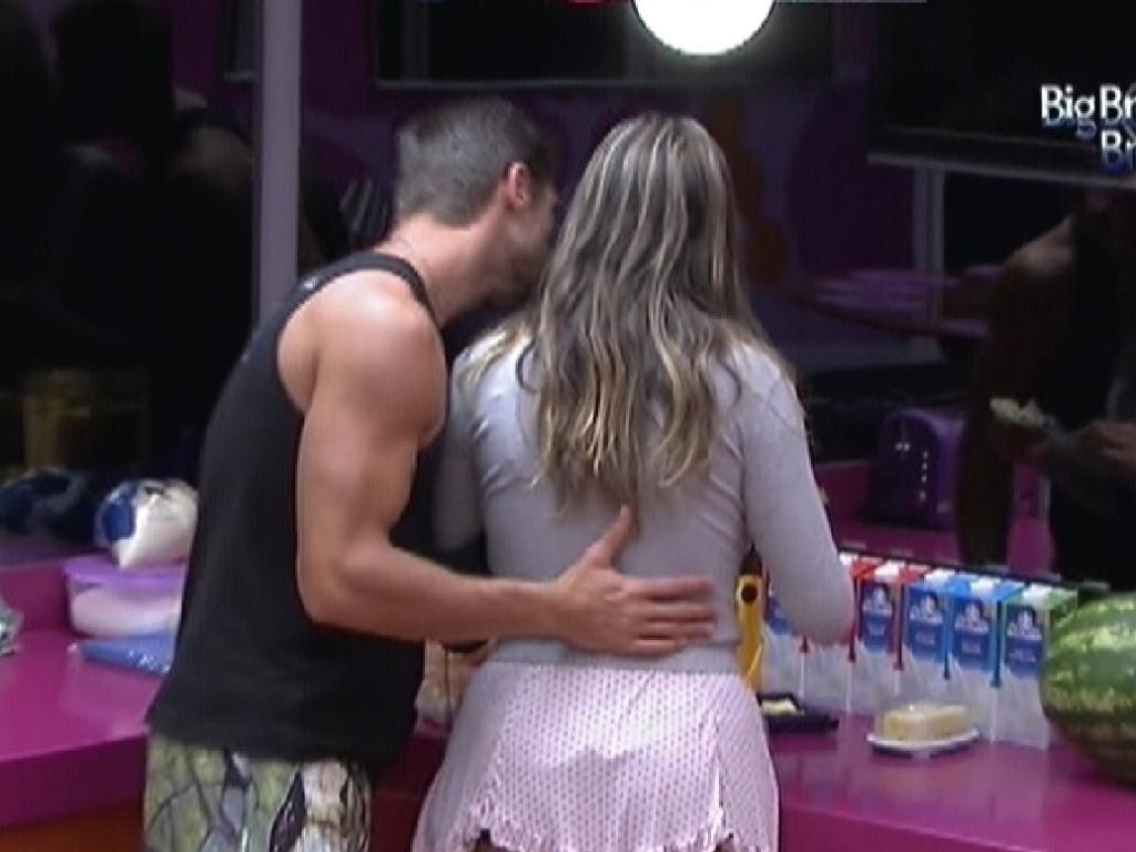 Jonas dá um beijo em Monique ao acordar (9/2/12)