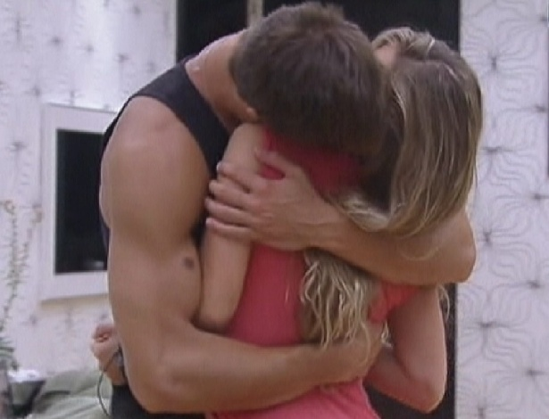 Jonas e Renata se beijam ao acordar, depois de passarem a noite juntos (9/2/12)