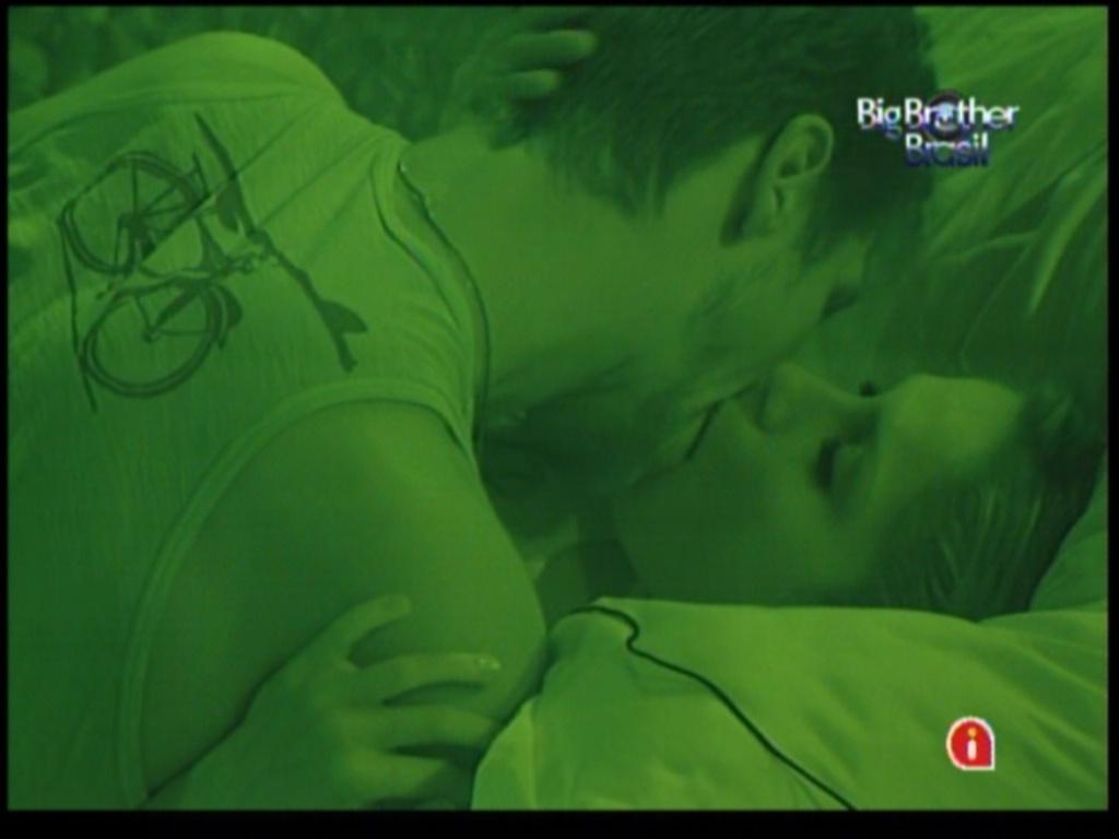 Jonas e Renata se beijam no quarto do líder