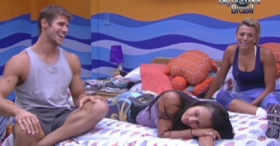 Kelly e Fabiana aguardam o início da prova do líder no quarto Praia (9/2/12)