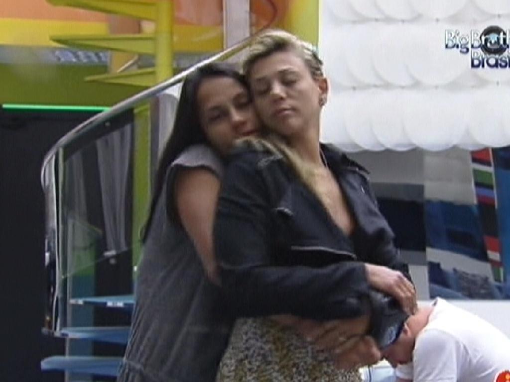 Kelly e Fabiana dançam abraçadas na sala (9/2/12)