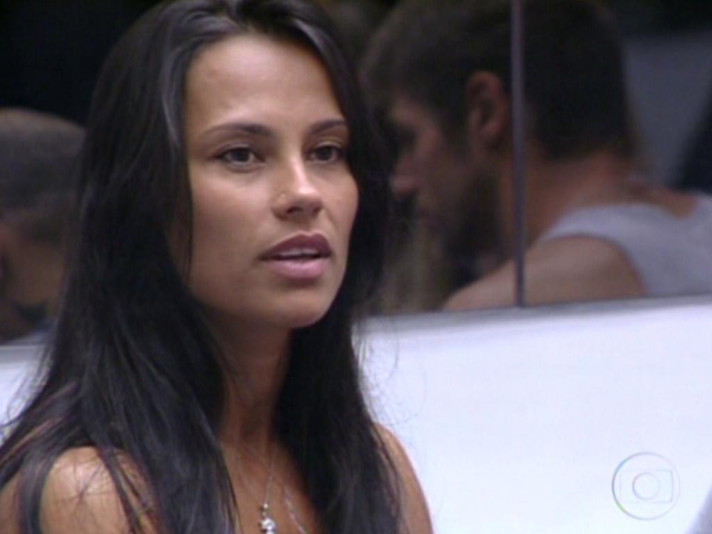 Kelly fala para Bial que prefere acreditar que foi vetada por Rafa pois é forte nas provas de resistência (9/2/12)