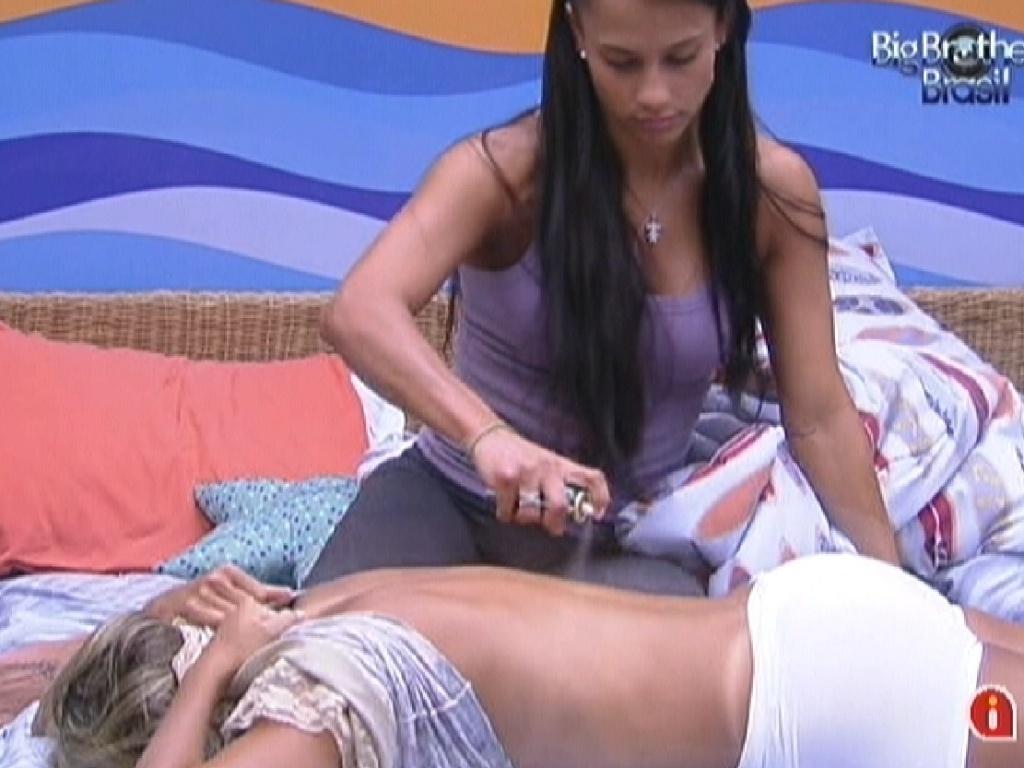 Kelly passa remédio nas costas de Fabiana (9/2/12)