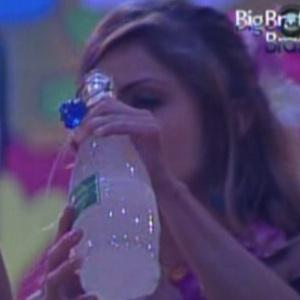 Líder Renata busca bebidas (8/2/12)