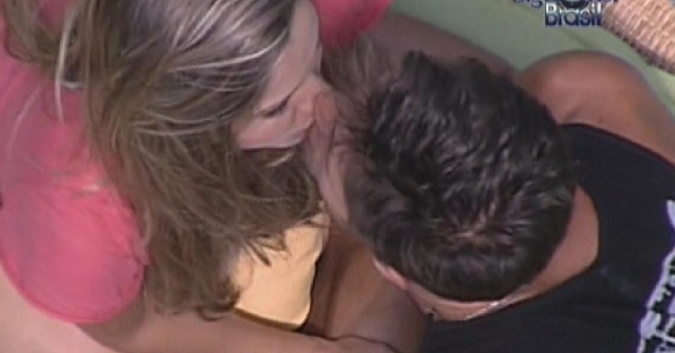 Renata beija Jonas depois de discutir com Monique (9/2/12)
