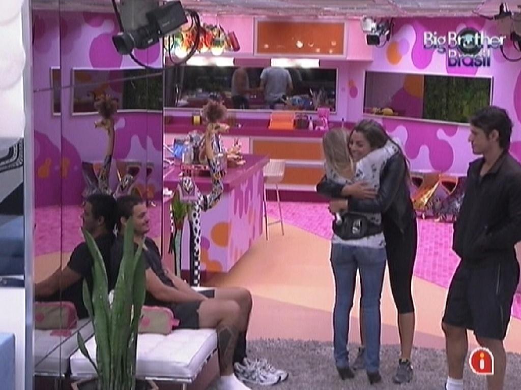 Renata e Monique se abraçam e fazem as pazes (9/2/12)