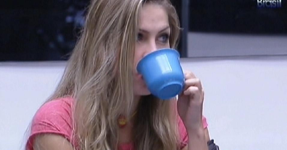 Renata toma café na sala (9/2/12)