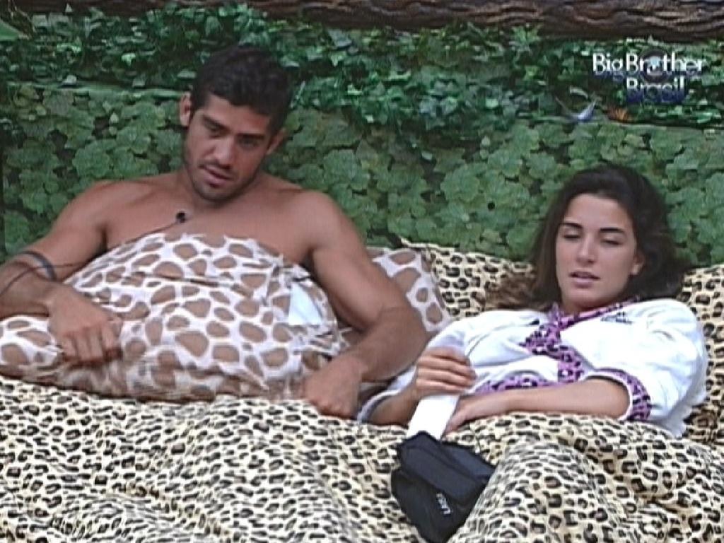 Yuri e Laisa conversam deitados no quarto Selva (9/2/12)