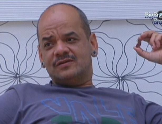 João Carvalho reclama de falta de cigarro (10/2/12)