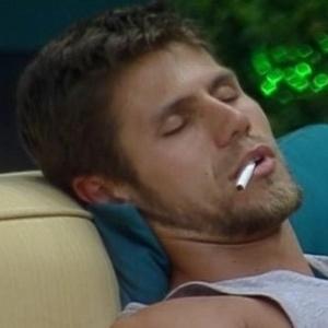 João Maurício coloca cigarro na boca de Jonas (9/2/12)