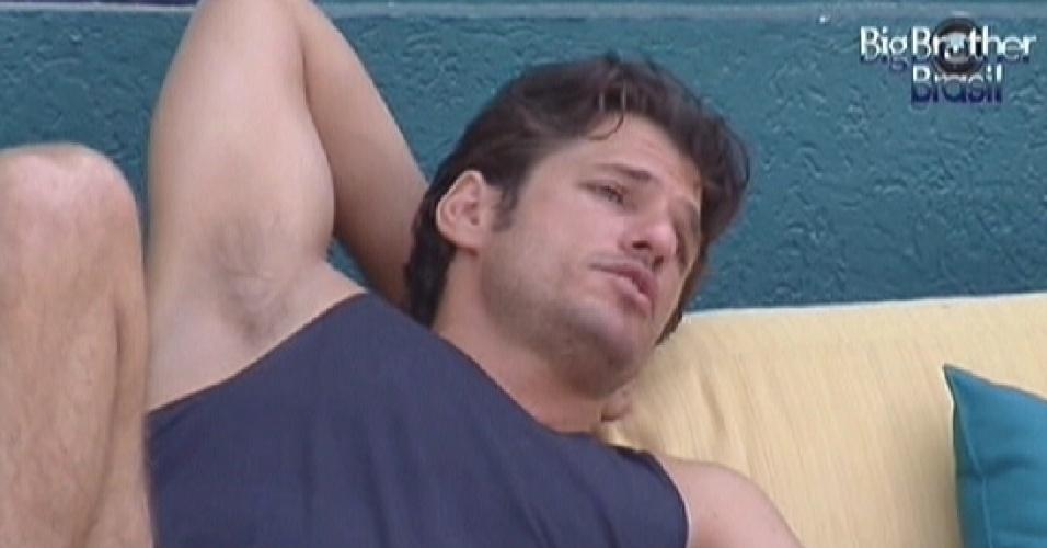 João Maurício conversa com Fael e Jonas na varanda da casa (10/2/12)