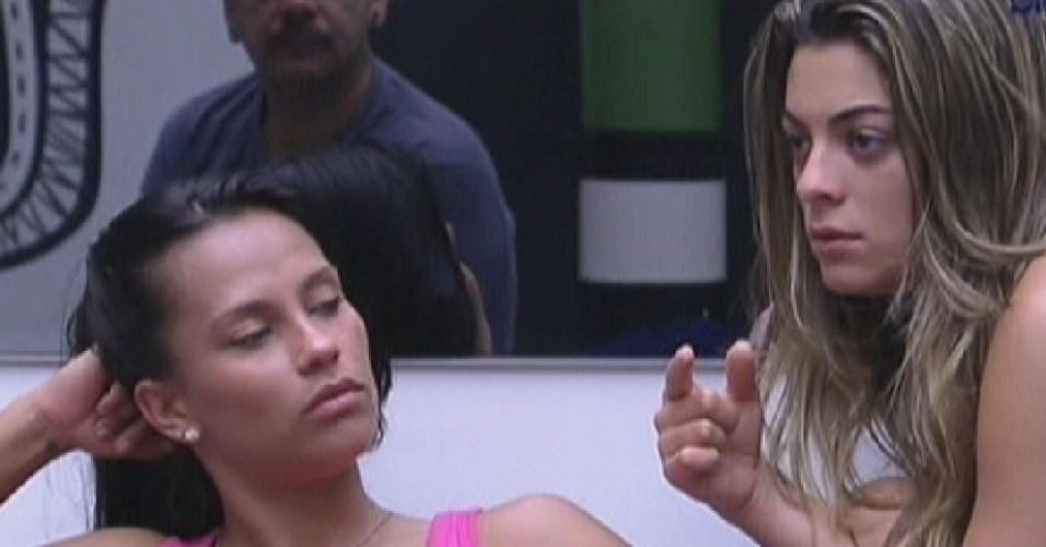 Kelly e Monique comentam bateria da Mangueira na casa (10/2/12)
