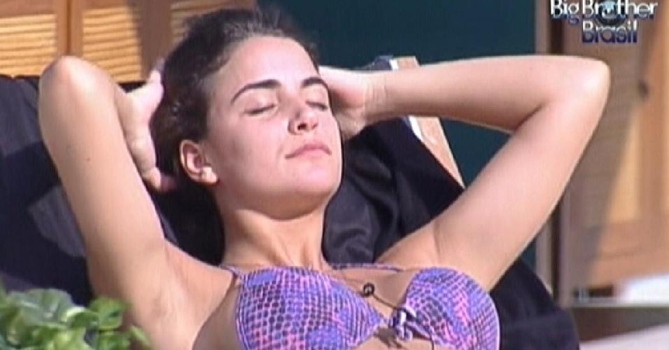 Laisa aproveita a tarde de sol na piscina (10/2/12)