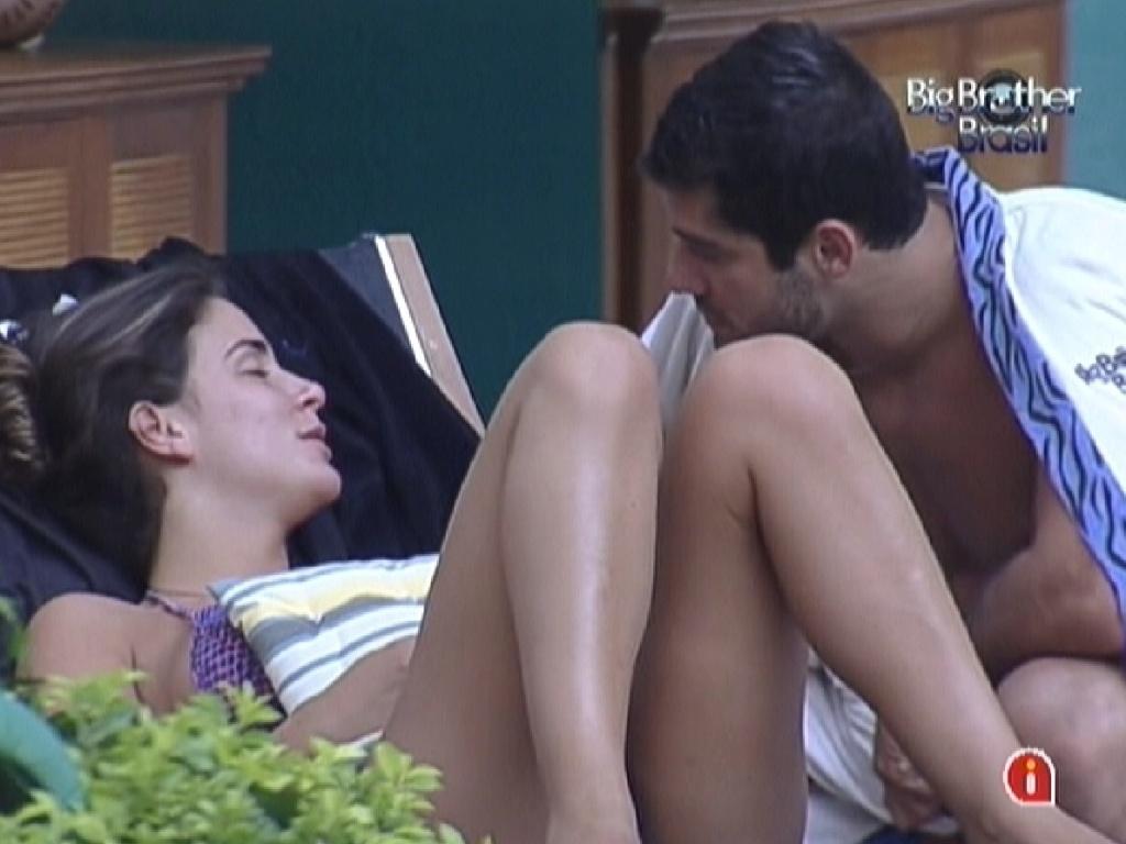 Laisa e Yuri conversam na beira da piscina na tarde desta sexta (10/2/12)