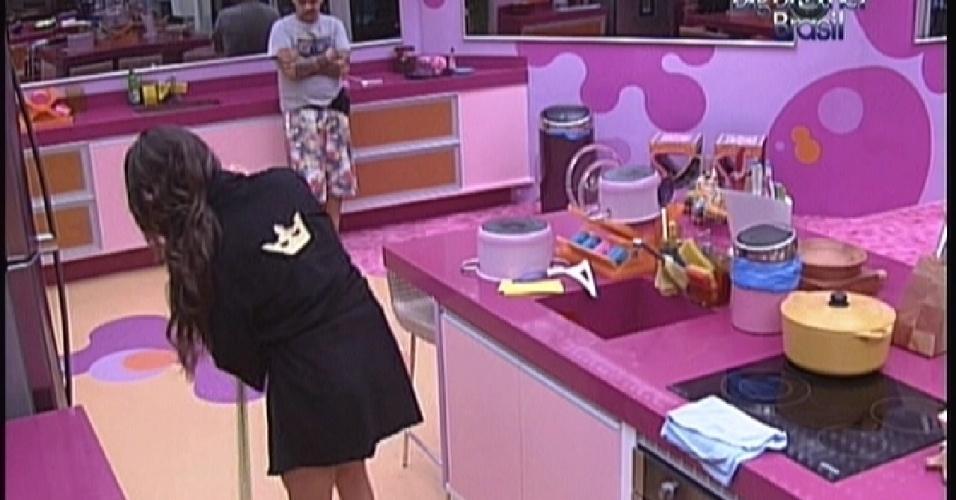 Laisa varre o chão da cozinha enquanto conversa com João Carvalho (10/2/12)