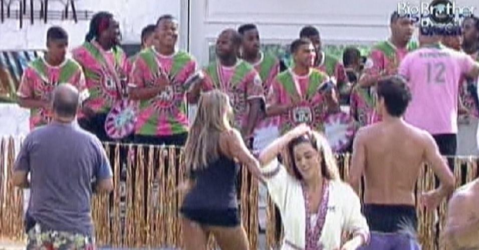 Participantes acordam ao som da bateria da Mangueira (10/2/12)