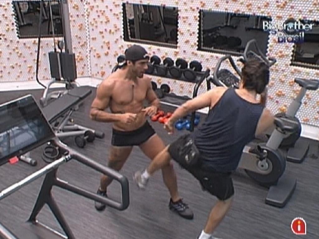 Yuri ensina João Maurício a dar o chute Low Kick (10/2/12)