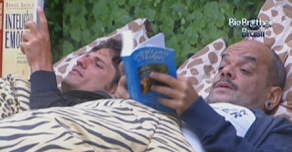 Acorrentados um ao outro par pagar o castigo do monstro, João Maurício (esq.) e João Carvalho (dir.) deitam juntos para ler (11/2/12)