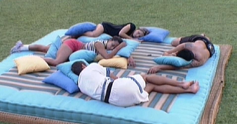 Brothers cochilam no futon azul durante a tarde (11/2/12)