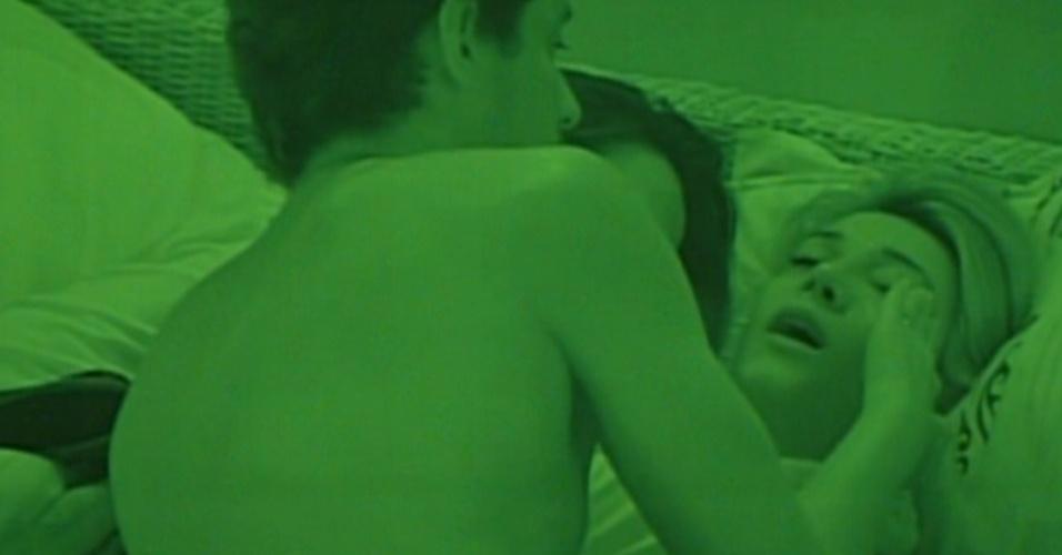 Fabiana chora e é consolada por Fael e Kelly (10/1/12)
