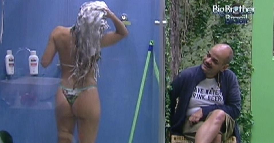 João Carvalho observa Renata tomanado banho enquanto aguarda João Maurício usar o banheiro (11/2/12)