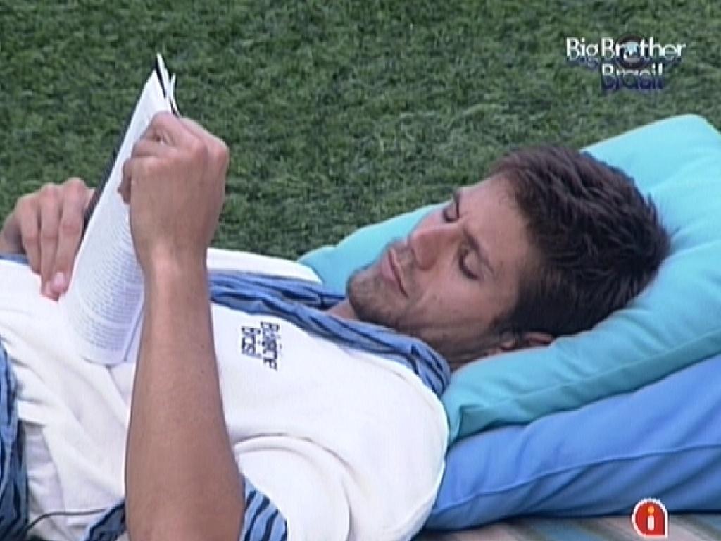 Jonas é o único acordado na casa durante a tarde e lê um livro para passar o tempo (11/2/12)