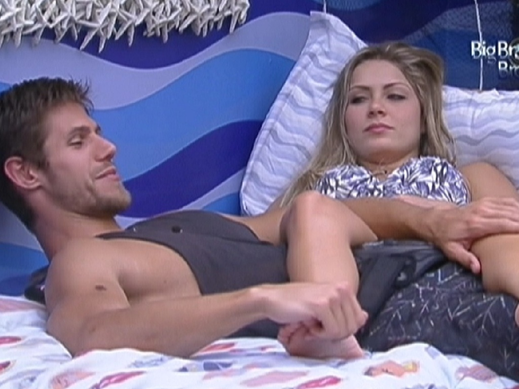 Jonas e Renata se deitam juntos no quarto Praia (11/2/12)