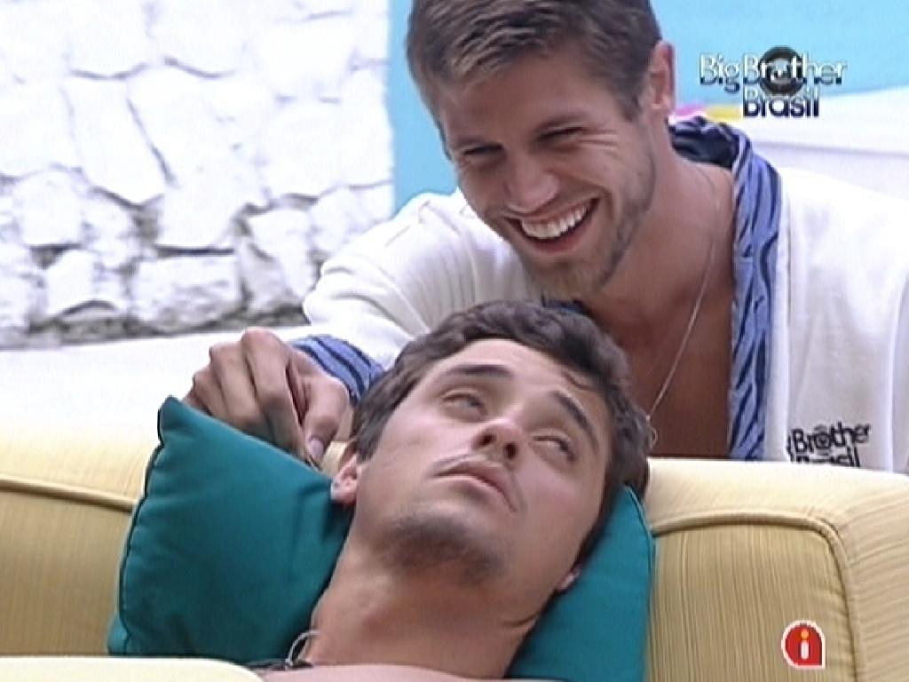 Jonas faz cócegas em Fael para acordá-lo durante a tarde (11/2/12)