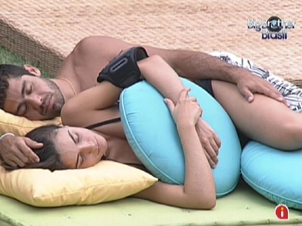 Laisa e Yuri dormem juntos na área externa da casa (11/2/12)