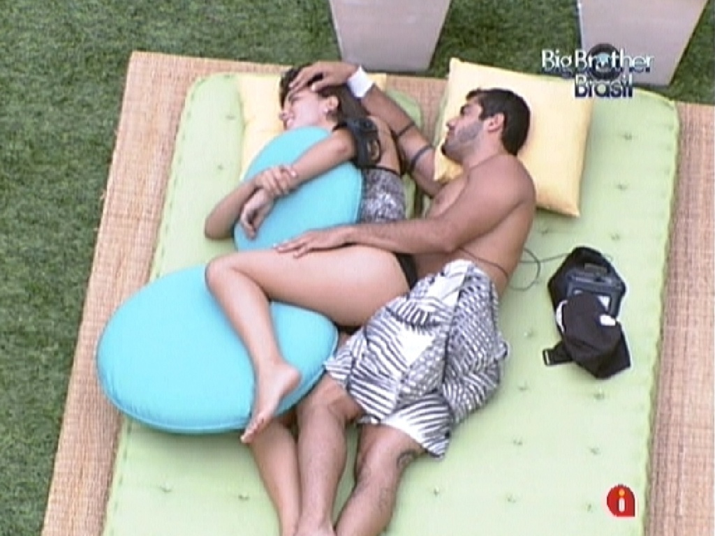 Laisa e Yuri trocam carinhos deitados no jardim da casa (11/2/12)