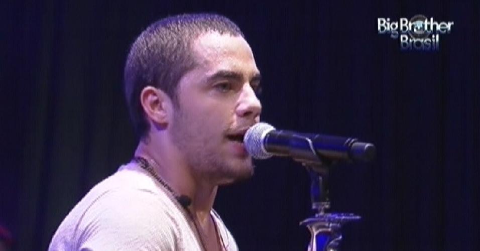 O vocalista Levi Lima da banda Jammil e Uma Noites dá início ao show na festa Árabe do