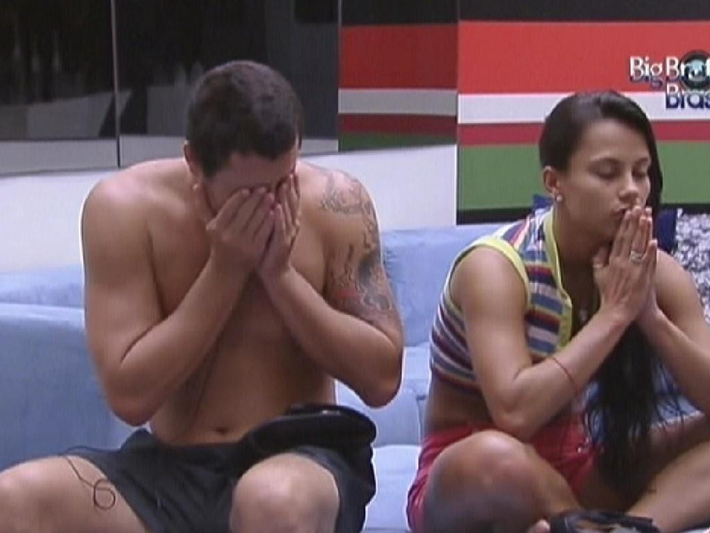 Rafa e Kelly têm dificuldade para despertar e ficam na sala vendo os clipes (11/2/12)