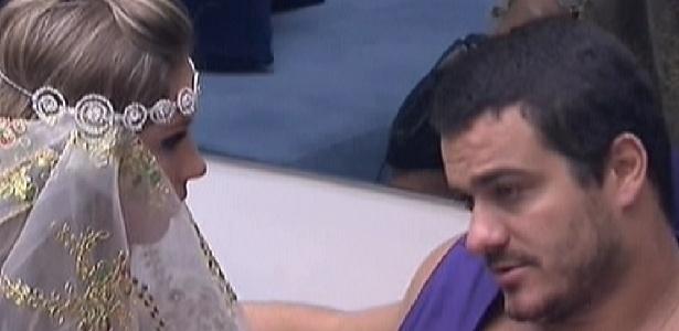 Rafa e Renata conversam sobre votos na sala antes da festa Árabe deste sábado (11/2/12)