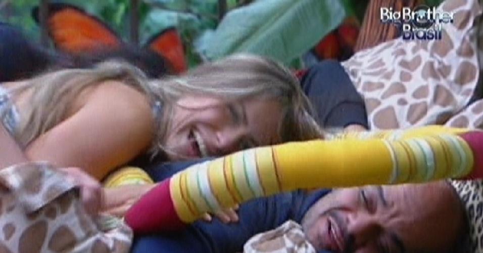 Renata pula em cima de João Carvalho para acordá-lo durante a tarde (11/2/12)