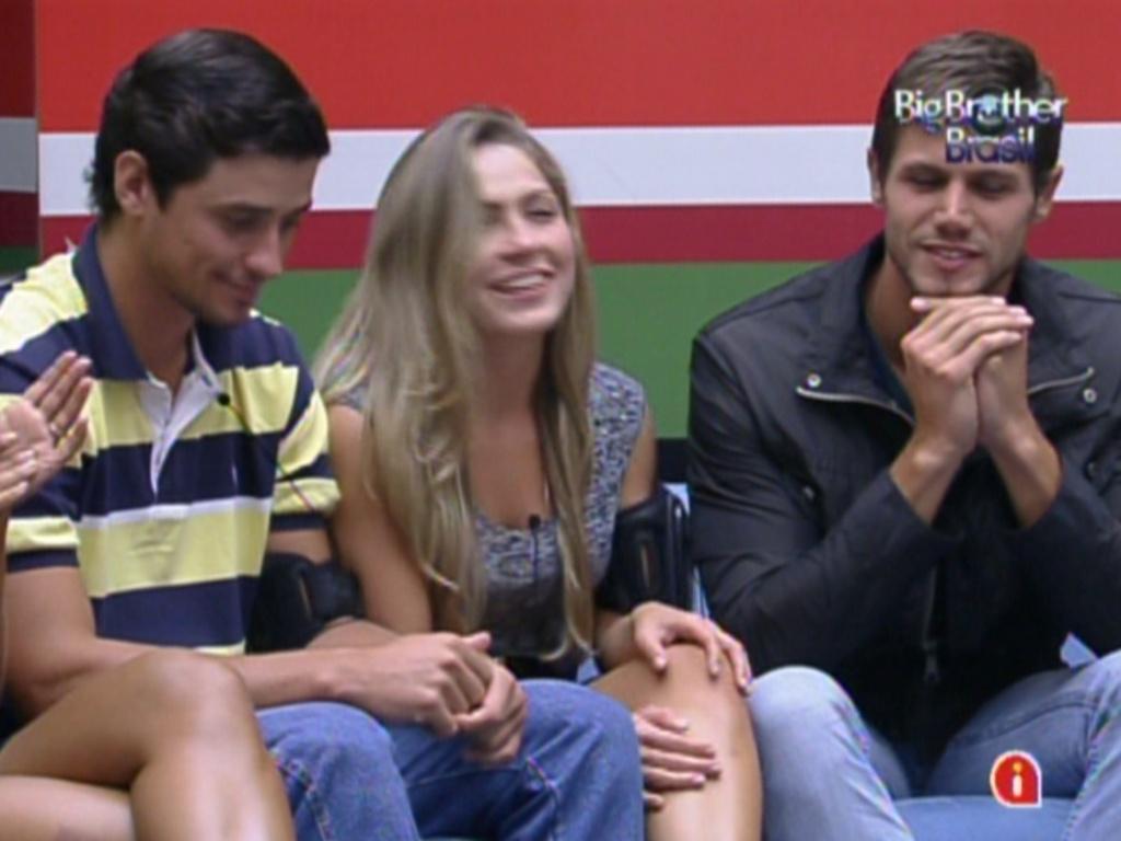 Fael, Renata e Jonas aguardam o início do programa deste domingo (12/2/12)