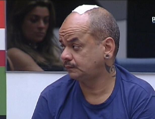 João Carvalho leva oito pontos na cabeça após se machucar na prova da comida (12/2/12)