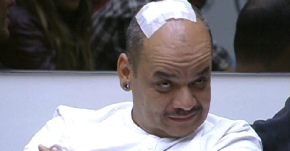 João Carvalho mostra para Bial o machucado que fez durante a prova da comida na manhã deste domingo (12/2/12)